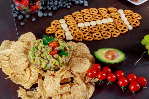 パーティーのトップビューを見てアメリカのスーパーボウルの軽食