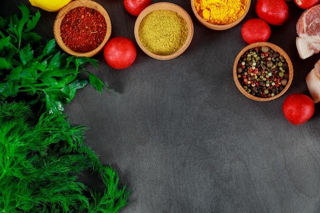 新鮮な野菜と粉末スパイスを使ったバーベキュー用生肉のスライス片