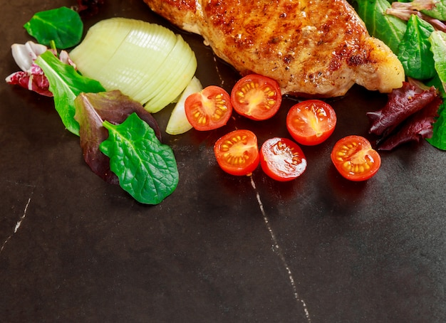 ステーキ肉のグリル野菜の石のボード、トップビュー