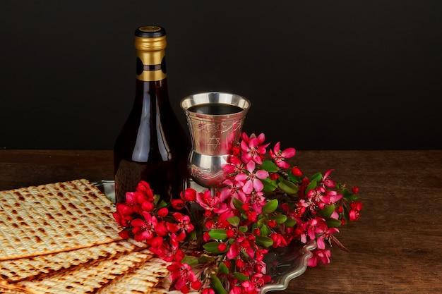Песах натюрморт с вином и еврейским пасхальным хлебом мацы