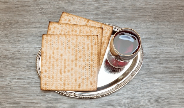 Натюрморт с вином и еврейским пасхальным хлебом мацы