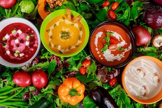 健康的なコンセプトの野菜とクリームスープ。黄色エンドウ豆のスープ、豆と緑のブロッコリーと赤いトマト