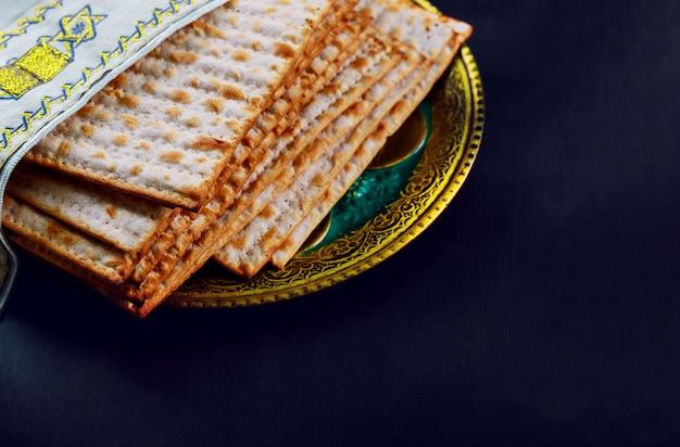 概念ユダヤ人の休日の過越祭マッツォのクローズアップとユダヤ人の過越祭の休日にパンの代用品を計算。