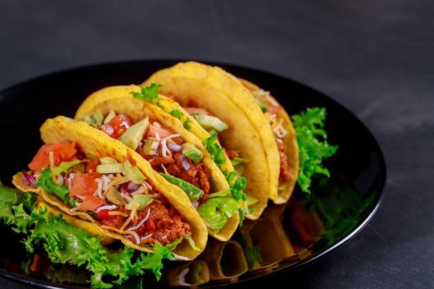 野菜のベジタリアンラップサンドイッチとメキシコのタコス