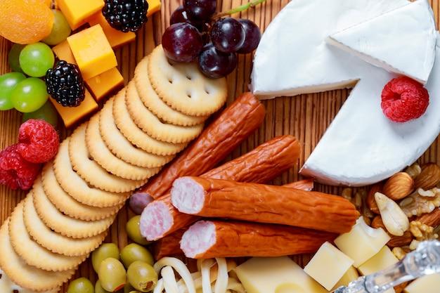 カビグリーンブラックオリーブとグルメチーズスライスのさまざまな種類のクローズアップ