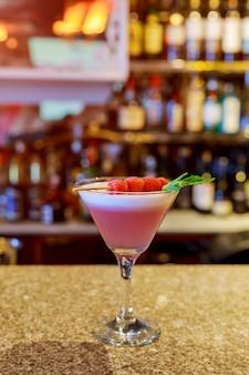 ガラスのアルコール飲料