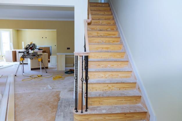 乾式壁の取り付けおよび修繕を施した住宅プロジェクトの内部構造
