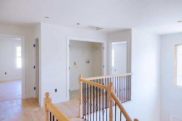 建設中の家の中の未完成の部屋
