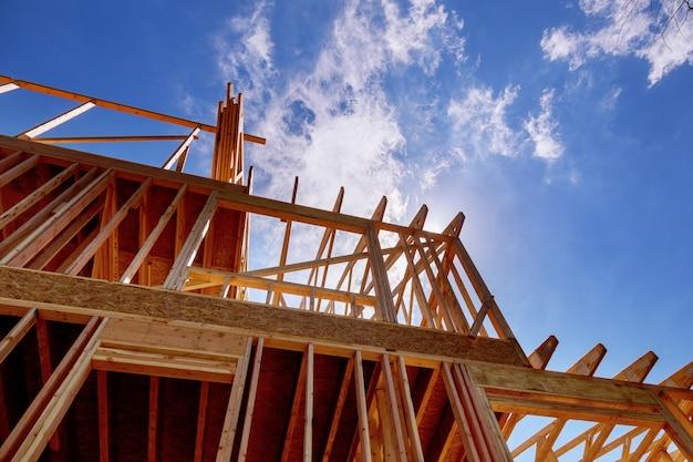 進行中の家のための家の木造フレーム。