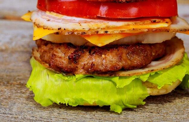 Свежий вкусный гамбургер на деревянный стол