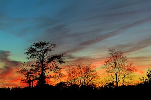 Яркий красочный закат на море с красивыми облаками