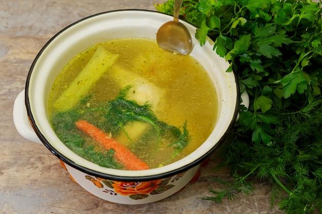 私は鍋にチキンスープを作ります、
