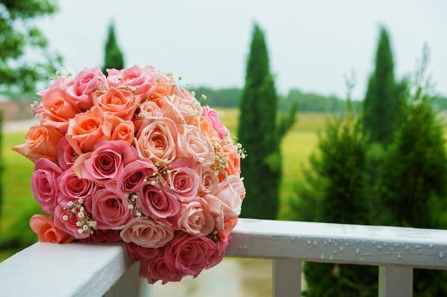 ピンクのバラのウェディングブーケ