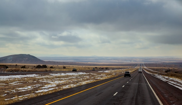 高速道路がニューメキシコ州トゥーカムカリからブラシを通って走る