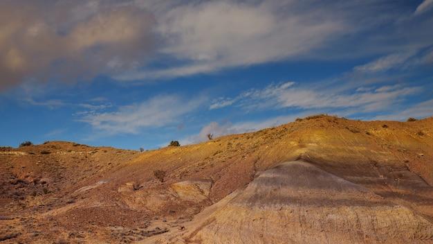 ニューメキシコの砂漠の上の砂漠と山の雲