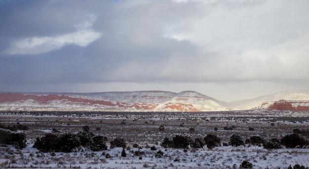 砂漠の冬、ニューメキシコ州の空と山々のパノラマ