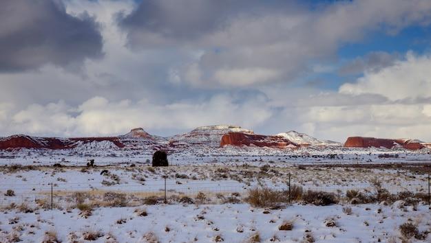 ニューメキシコ州の山の岩の上の空に雲を一掃
