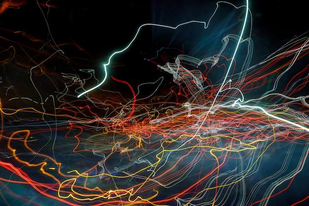 無地の黒い背景上のカラフルなレーザー効果