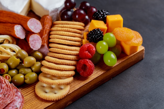 異なる肉とチーズのケータリングの盛り合わせ