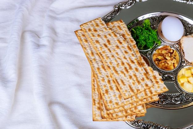 Пасха мацы еврейского праздника хлеб над деревянным столом.