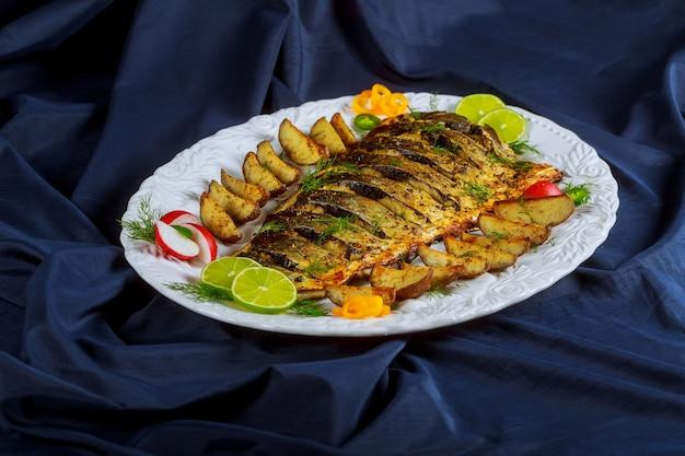 Запеченная рыба на гриле с картофелем в духовке
