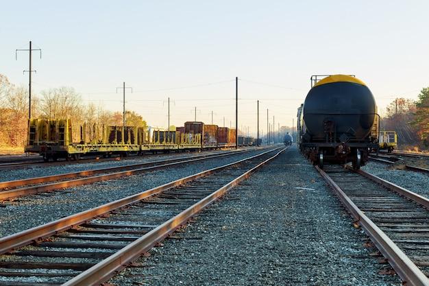秋の線路で色のカラフルな木々と街に行く秋の鉄道
