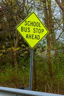 スクールバス停警告道路標識アメリカの田舎の奥地