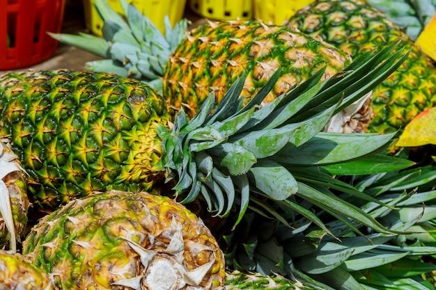 スーパーで売るためのパイナップル