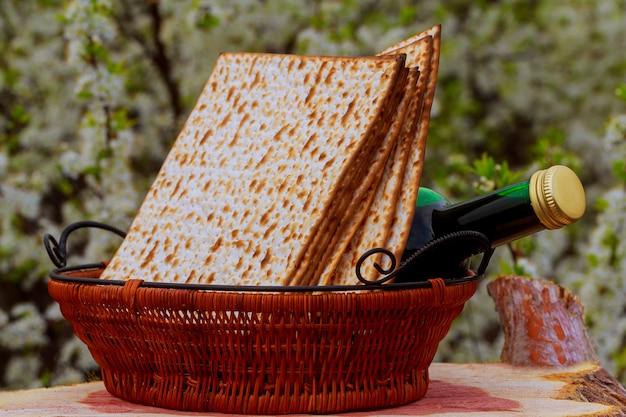 過越祭とテーブルの上のワインのマッツォ