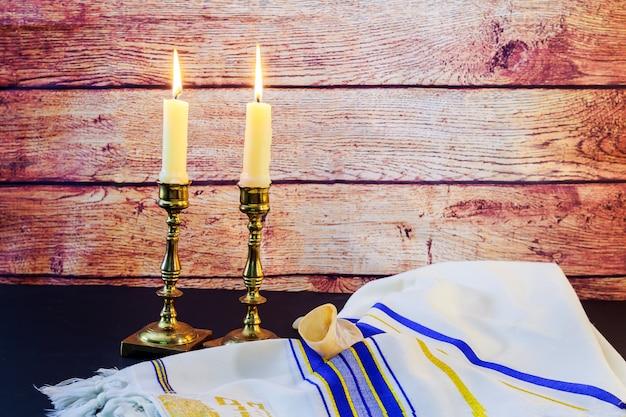 安息日。カラパンと木製のテーブルの上のカンデラ