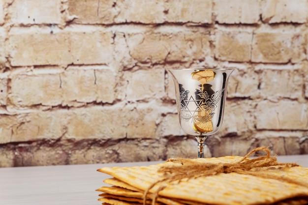 木製のテーブルの上の過越祭マッツォユダヤ人の休日のパン。