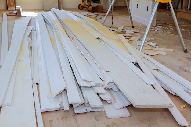 建設中の材料、室内の白いドアからの改造および改修および成形