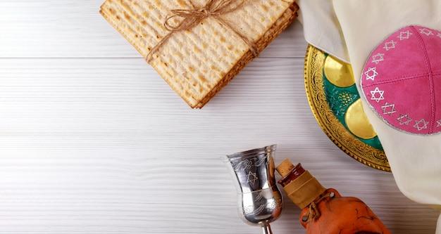 Еврейский мацкий хлеб с вином. концепция праздника пасхи