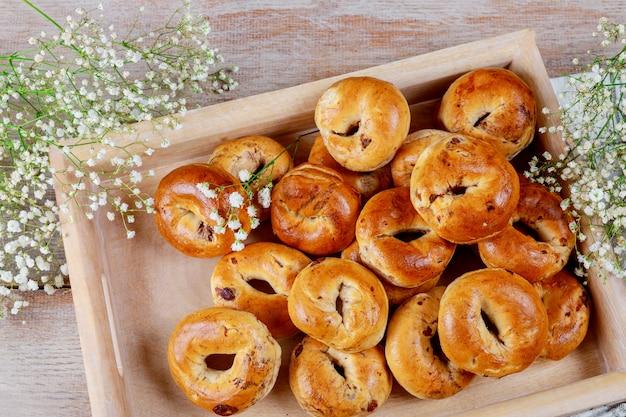レーズンの木製の背景を持つパン