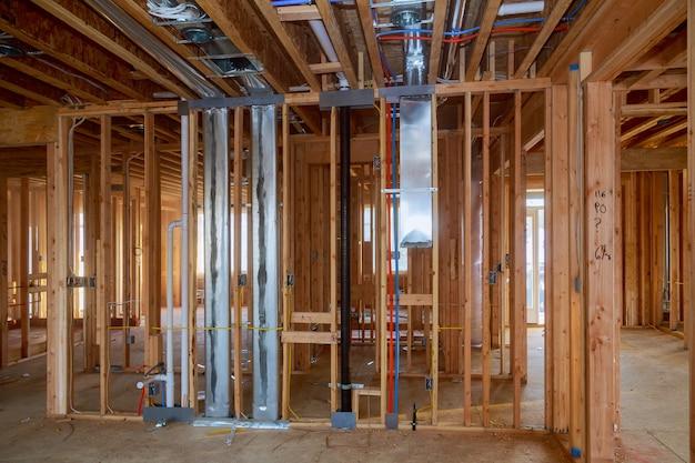 未完成の木枠の建物または家のフレーミング