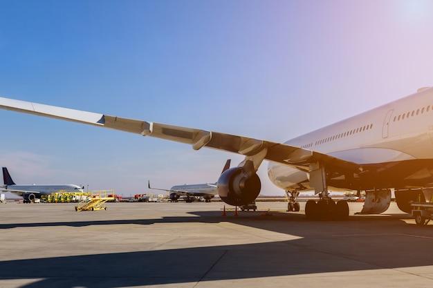 航空機の飛行機のタービンは空港の滑走路上の飛行機で飛行する準備をしています。