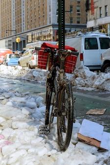 Велосипед в снегу в нью-йорке