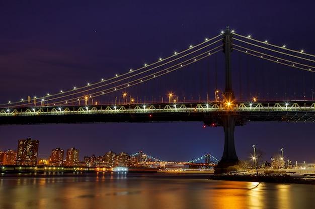 夜のマンハッタン橋マンハッタンのスカイラインのシルエット