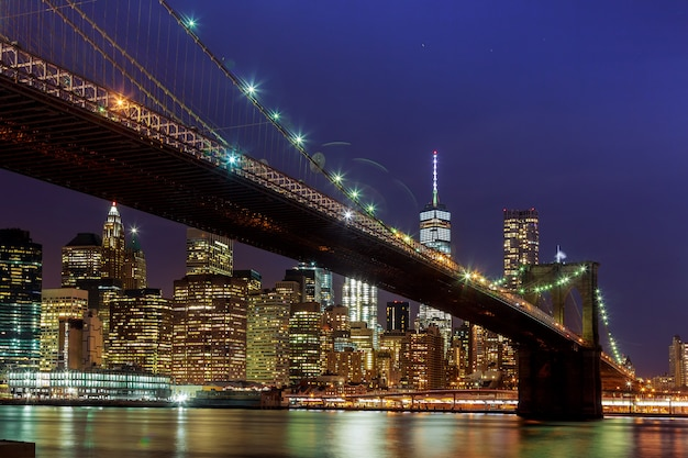 夜のパノラマビューニューヨーク市マンハッタンのダウンタウンのスカイライン