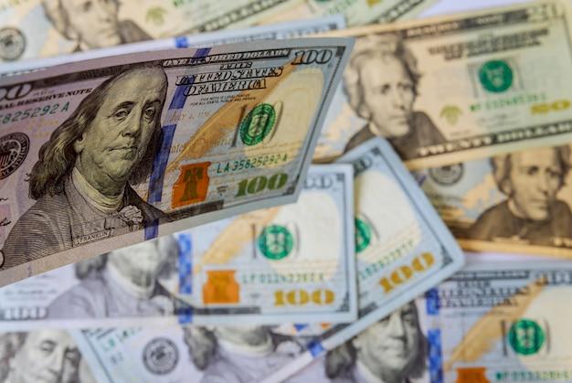 アメリカのお金のたくさんのドルをクローズアップ