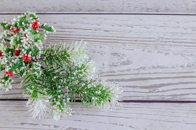 クリスマスや新年の背景:毛皮木、枝、着色されたガラス玉、おもちゃ