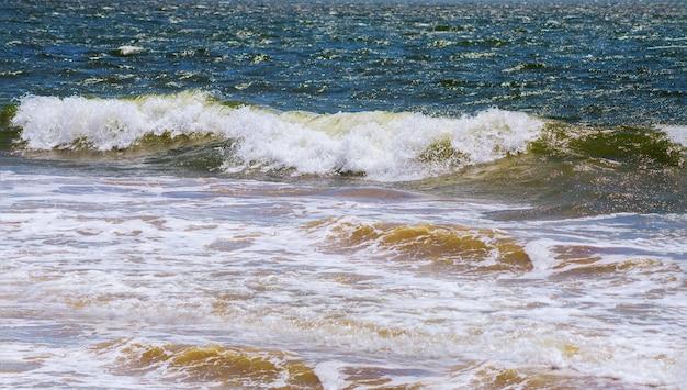 Бурное море и ненастная погода разбивают морские волны