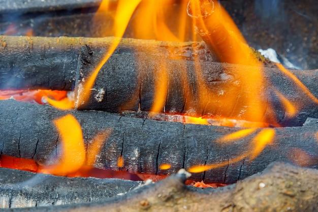 暖炉のクローズアップで木の非常に熱い丸太