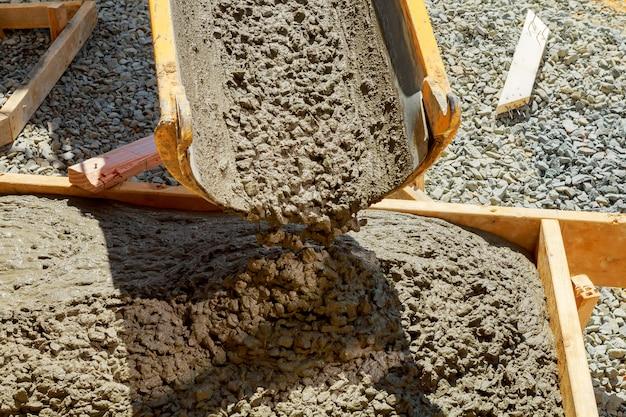 Строители бетонного покрытия возле дома