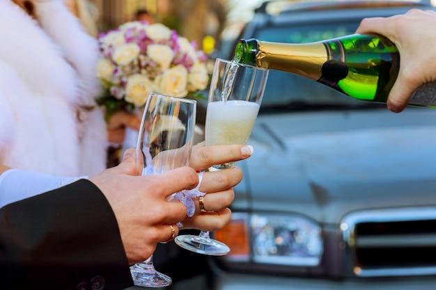 お祝い。乾杯のシャンパンのグラスを持ってカップル。