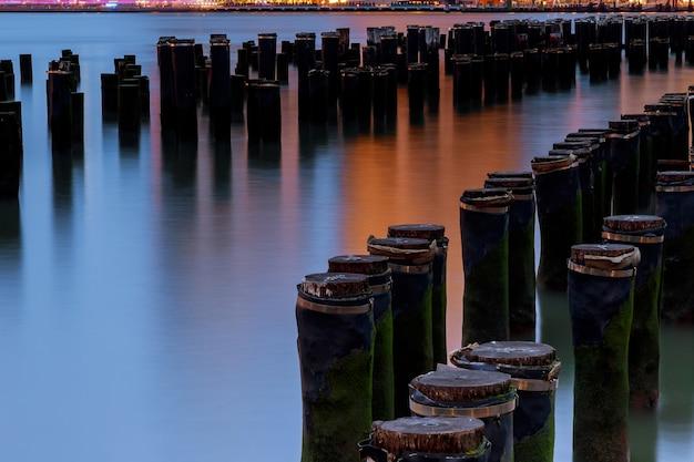 ニューヨーク州北部のスカイラインの夜を流れるハドソン川
