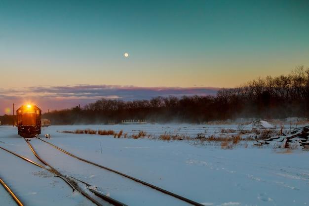 貨物列車は雪に覆われた広大な広がりを走ります