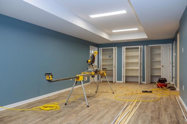 インストールする前に新しい家のための乾式壁に取り付けられたドア付きの住宅プロジェクトの内部工事