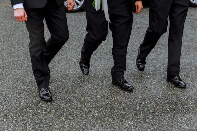 ビジネスの男性が横断歩道を歩く