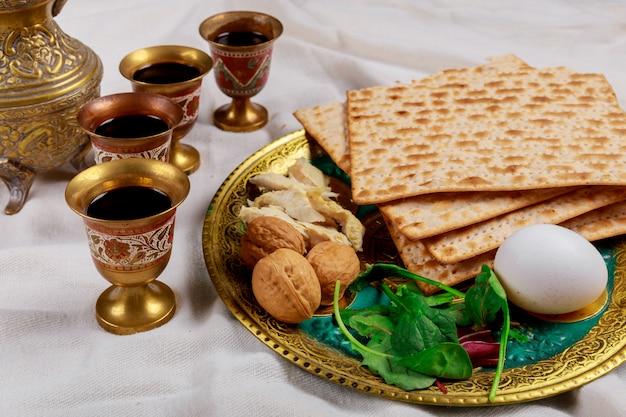 過越祭マッツォユダヤ人の休日のパンの上のテーブル。